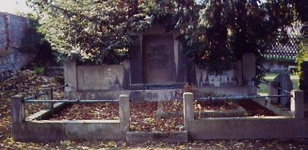 Auf dem Bild sieht man die Grabstätte der Fam. Theuerjahr heute.